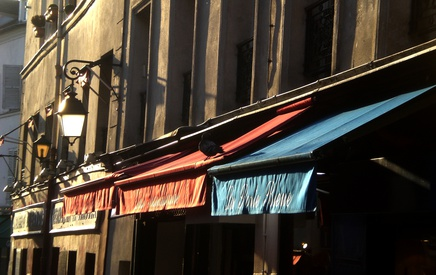 The bars around the Montmartre come alive in the evening