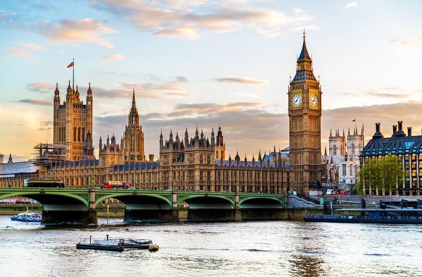 Der Palace of Westminster am Ufer der Themse