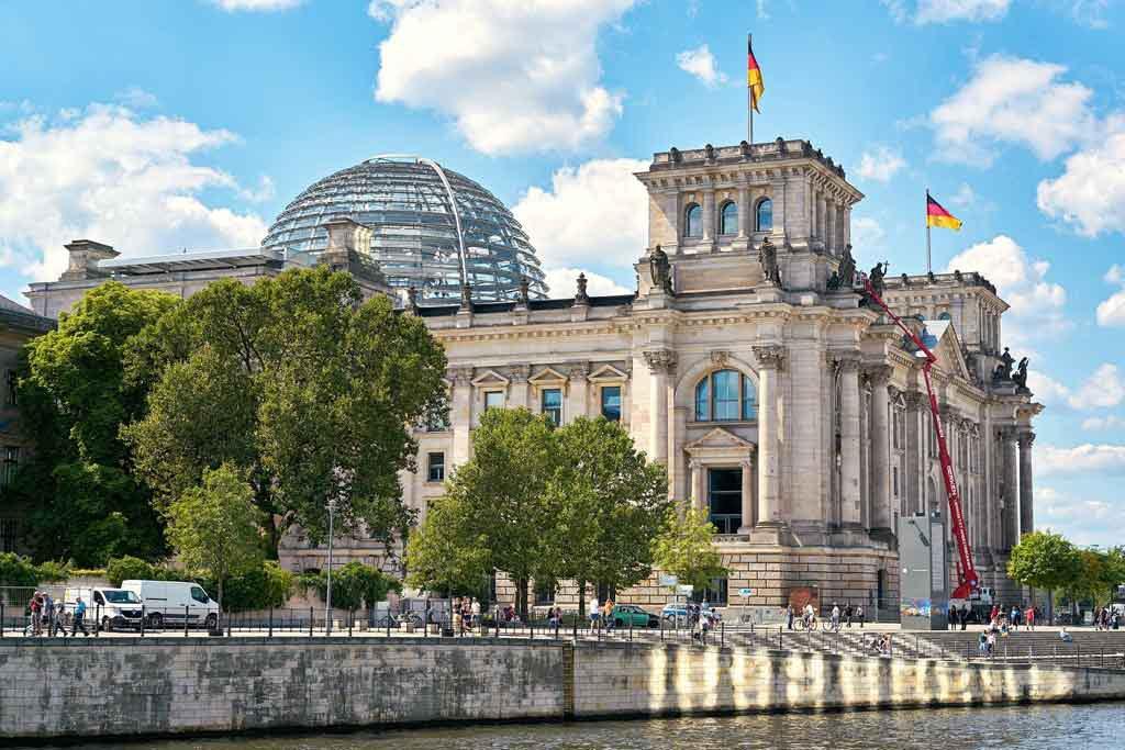 Mehr als eine Million Besucher besichtigen die Jahr für Jahr die Dachterrasse und Kuppel des Reichstages.
