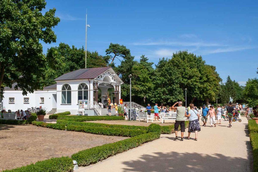 Der Kurpark auf der Promenade von Boltenhagen