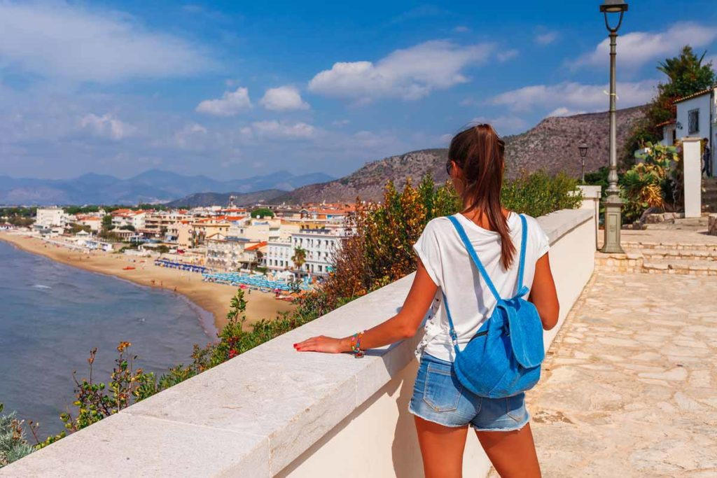 Sperlonga in Italien ist ein malerischer Urlaubsort mit schönem Sandstrand und klarem blauem Wasser