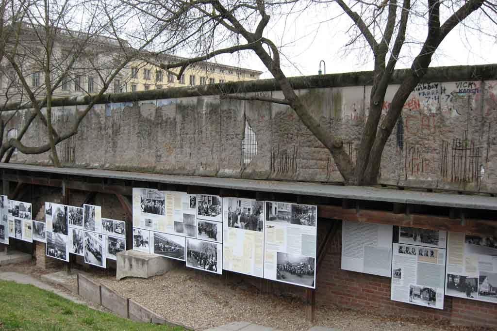 Die Freiluft-Ausstellung Topographie des Terrors, dahinter ist die ehemalige Berliner Mauer zu sehen