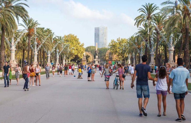 Die Promenade Passeig de Lluís Companys verbindet die Stadtteile Ciutat Vella und Eixample