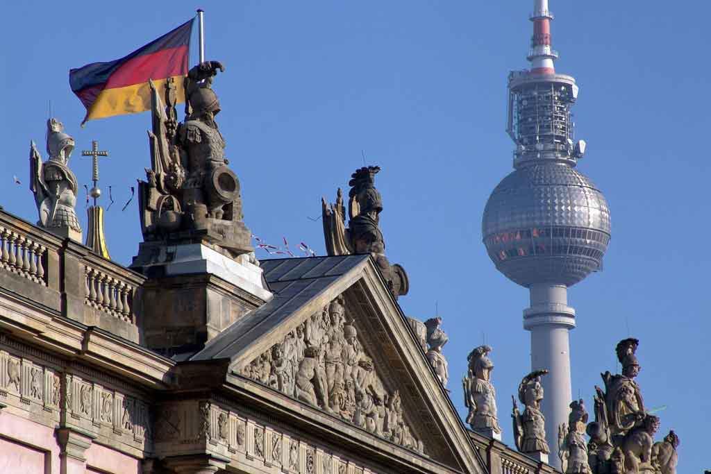 Der Berliner Fernsehturm am Alexanderplatz