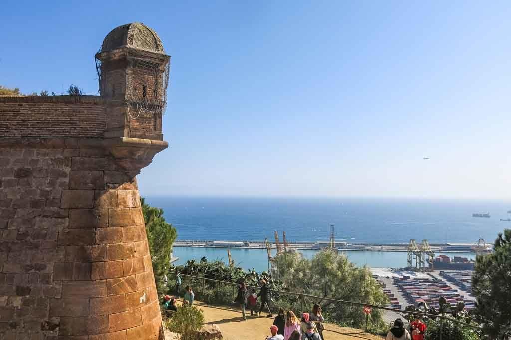 Ausblick von Castell de Montjuïc auf den Hafen von Barcelona