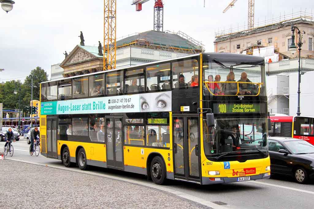 Der 100er Bus fährt an den bekanntesten Sehenswürdigkeiten vorbei