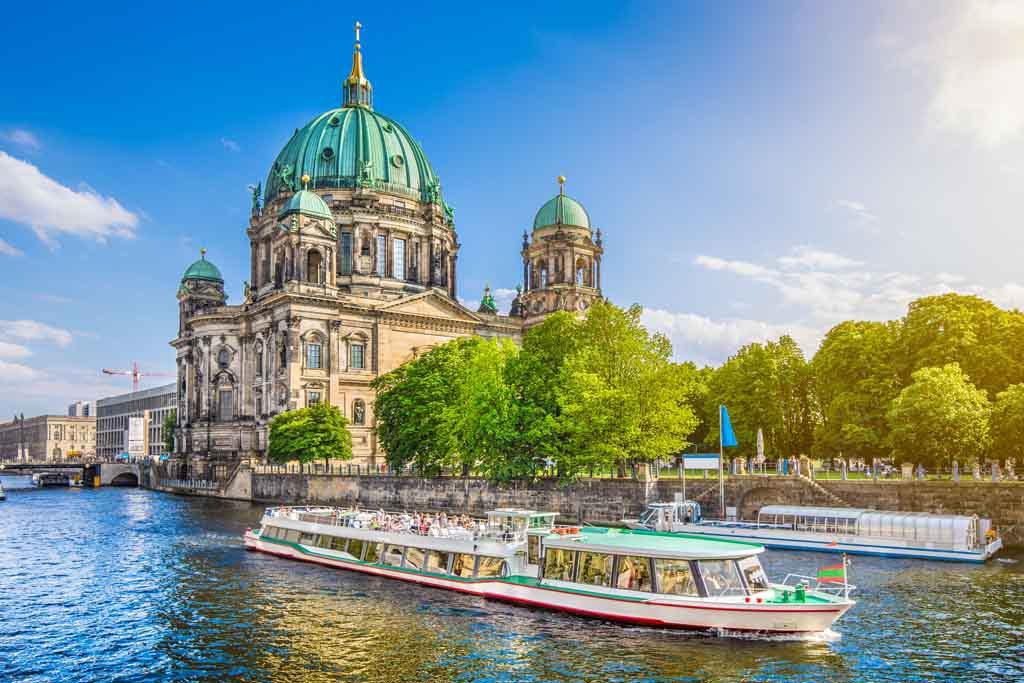 Der Berliner Dom vom anderen Spreeufer aus gesehen