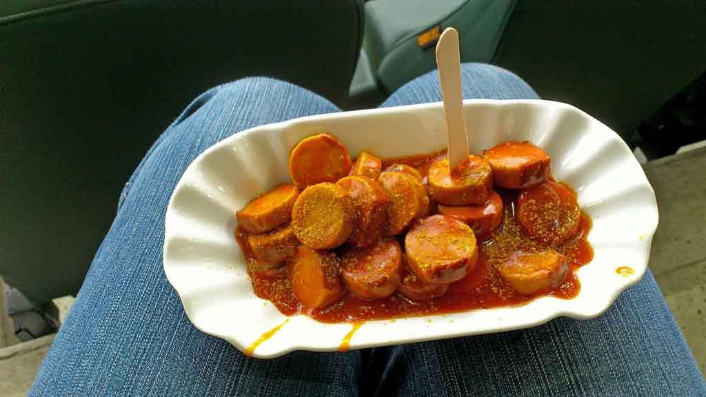 Currywurst, eine der beliebtesten Berliner Spezialitäten
