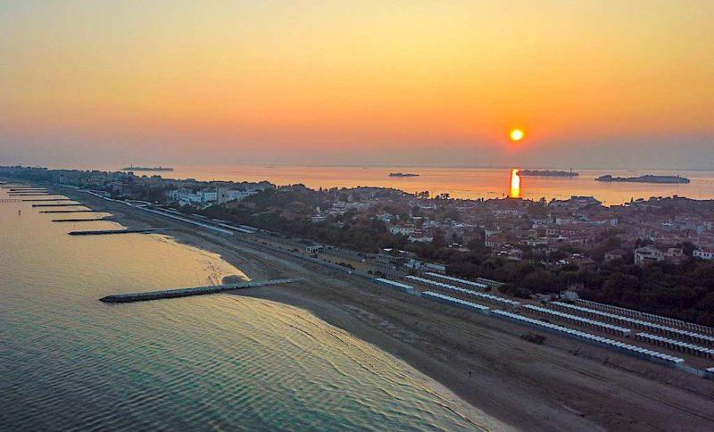 Der kleine Inselstreifen Lido di Venezia trennt die weltbekannte Lagune von Venedig vom offenen Meer