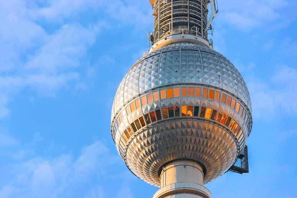 In der Kuppel des Berliner Fernsehturms befindet sich ein Drehrestaurant für einen 360 Grad Panoramablick