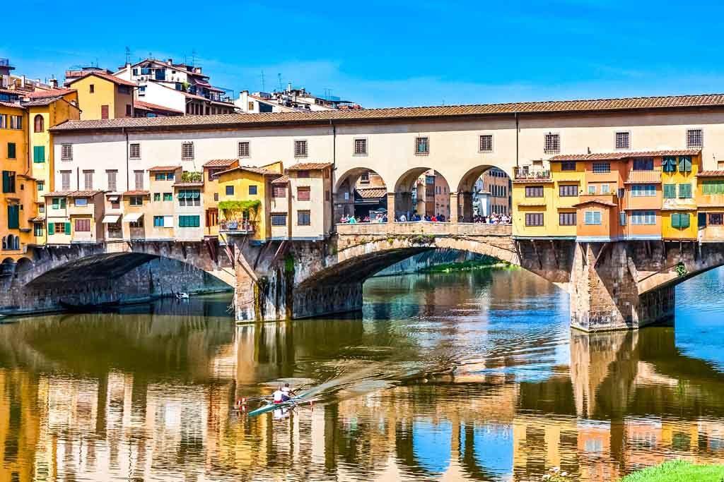 Florenz – Ein Blick auf die Brücke Ponte Vecchio, die über den Arno führt