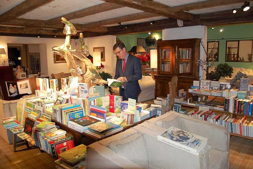 Direktionsassistent</span>Matthias Schütz in der großen Bibliothek der Bleiche  Foto: F. Moritz