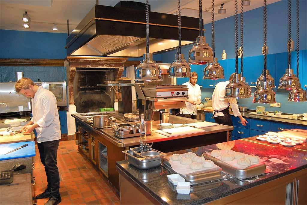 Die blaue Küche ist für das Gourmetrestaurant 17fuffzig zuständig Foto: F. Moritz
