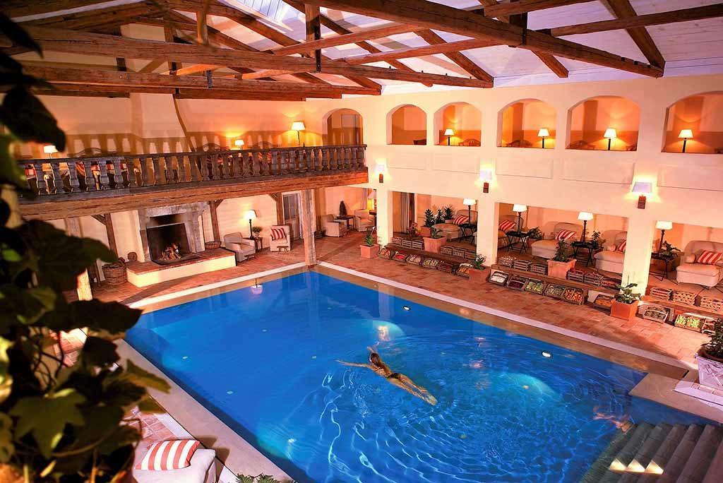 Blick in Schwimmbad mit Galerie und Kamin   Foto: © Bleiche Resort & Spa