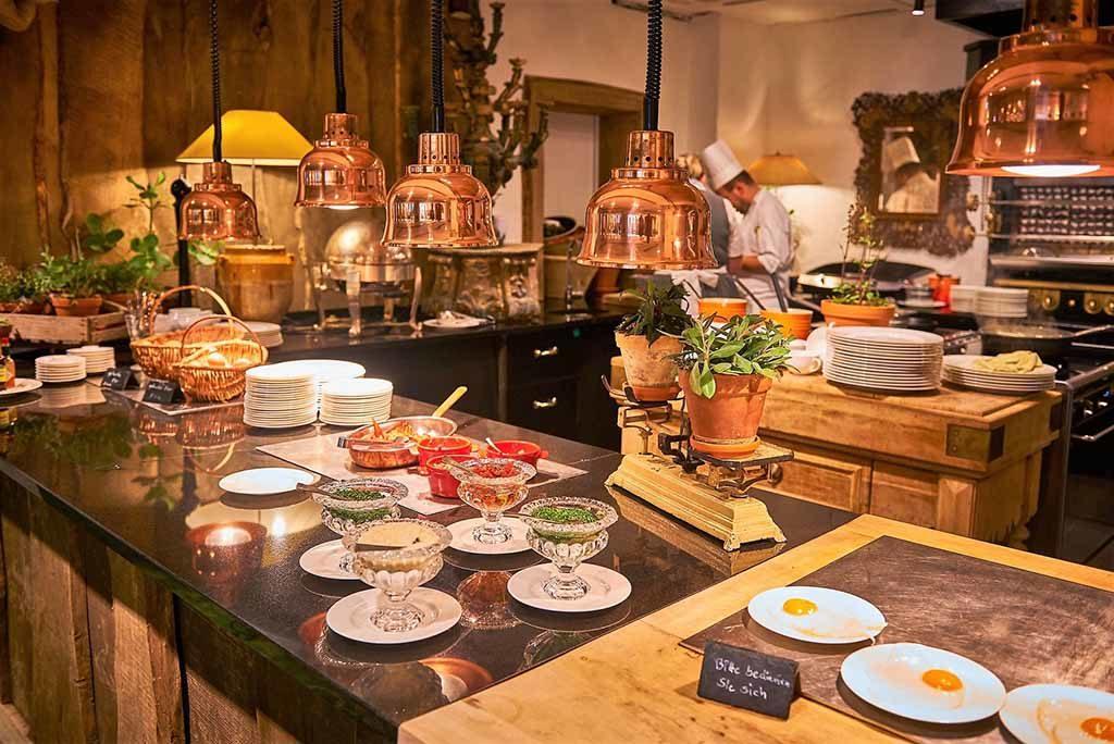 Die offene Küche kann beim Frühstück und Abendmenü genutzt werden   Foto: © Bleiche Resort & Spa