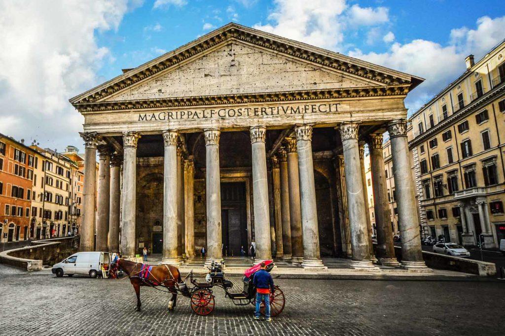 Das Pantheon ist ein zur Kirche umgeweihtes antikes Bauwerk in Rom
