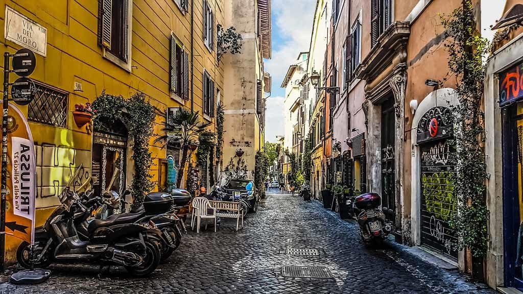 In Trastevere treffen sich junge Leute vor dem Abendessen, um einen Spaziergang zu machen und bis zu später Stunde zusammensitzen