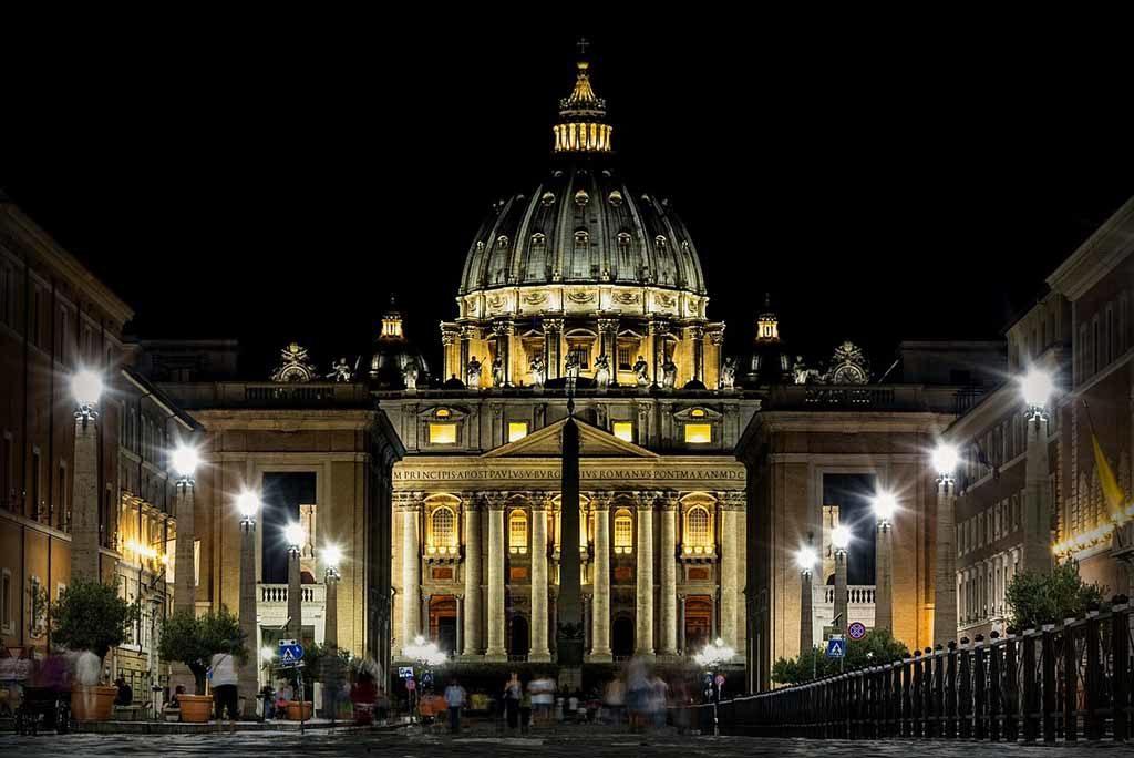 Die Basilika Sankt Peter im Vatikan ist der religiöse Mittelpunkt des unabhängigen Staates der Vatikanstadt