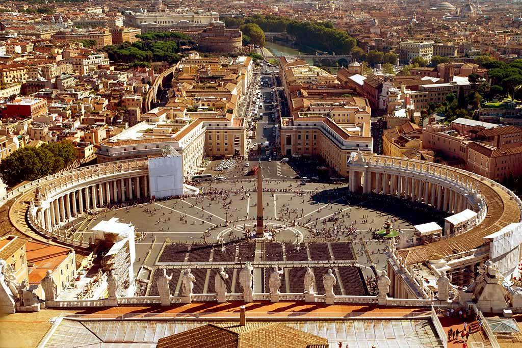 Blick auf den Petersplatz von der Kuppel der St. Peter-Basilika in Rom, Italien