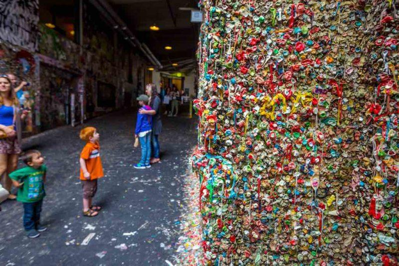 Die Kaugummi-Wand am Markt-Theater ist inzwischen ein lokales Wahrzeichen, von Seattle
