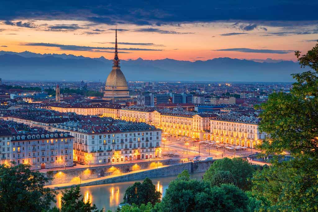 Sonnenuntergang über Turin, im Hintergrund die Mole Antonelliana