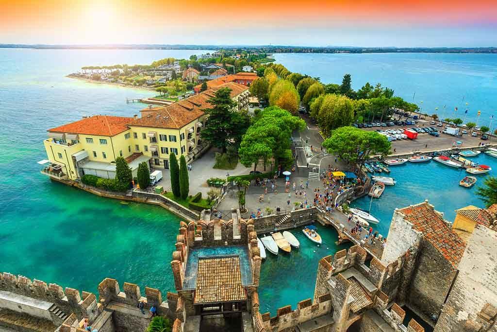 Blick auf die alte Brücke und den Hafen von Sirmione, Italien