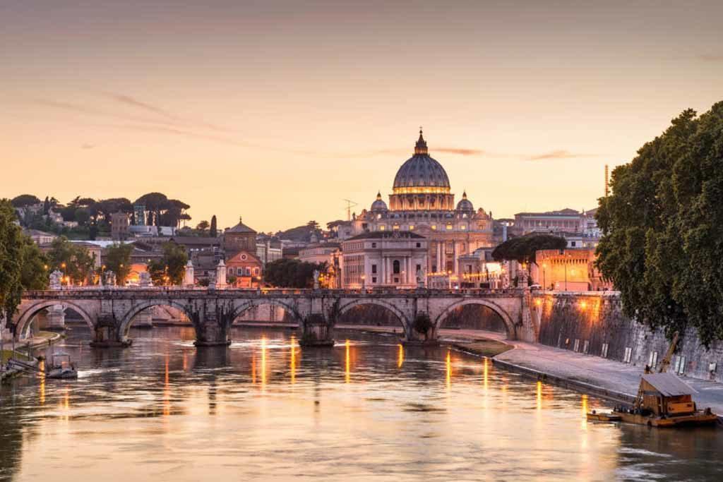 Rom bei Nacht – Blick auf die Sant Angelo Brücke und die St. Peter's Basilica