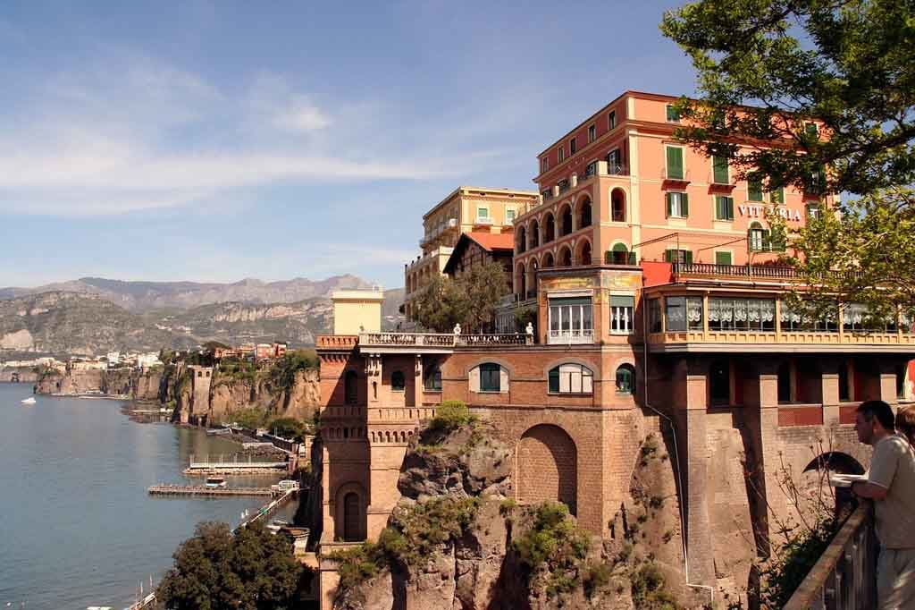 Sorrent in Italien: Imposante Villen auf Felsen gebaut