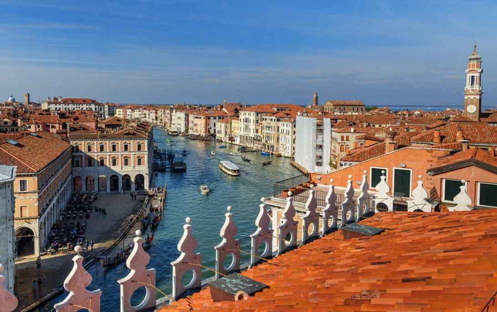 Ausblick vom Luxus-Kaufhaus Fondaco dei Tedeschi auf den Canale Grande, Venedig