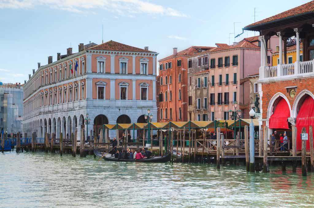 Der Rialto-Markt im Stadtteil San Polo Sestiere, das auch für seine Märkte und für die Rialto-Brücke über den Canal Grande bekannt ist
