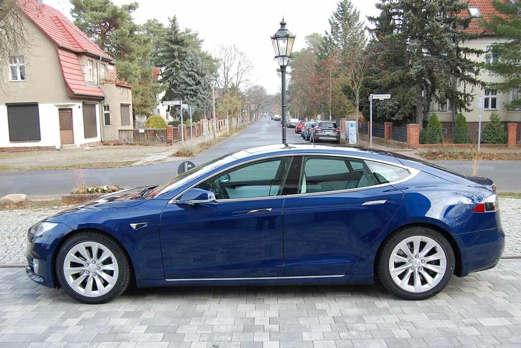 Tesla Model S 100 D: Chromstreben um die rahmenlosen Scheiben  Foto: F. Moritz
