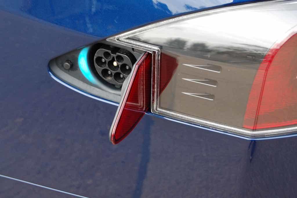 Tesla Model S 100 D: Der Stromanschluss sitzt versteckt in der Rückleuchte