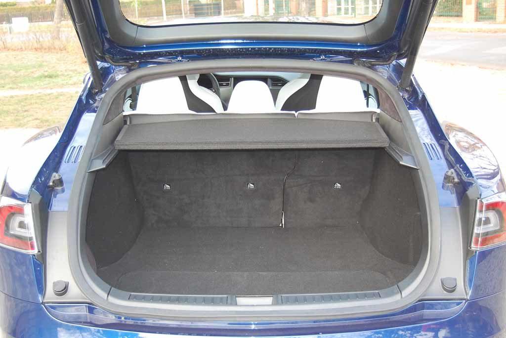 Spartanisch ausgestattet ist der Kofferruam im Tesla Model S 100 D