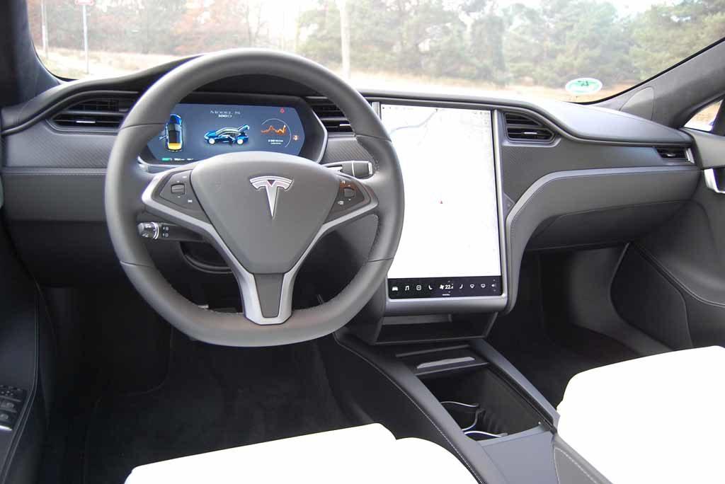 Tesla Model S 100 D: Über den 17-Zoll-Screen laufen fast alle Funktionen