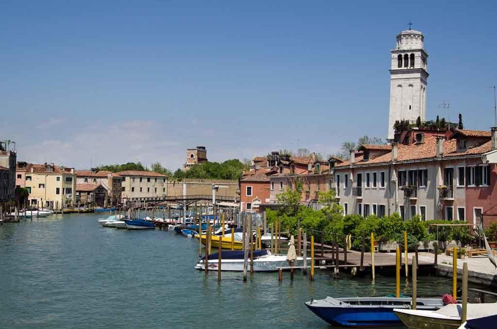 Der Canale di San Pietro in Venedig. Rechterhand sieht man den Glockenturm der Basilika San Pietro di Castello
