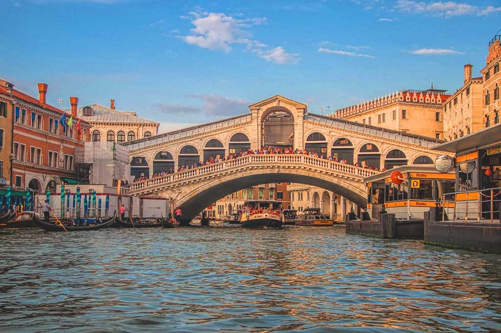 Die Ponte di Rialto in Venedig