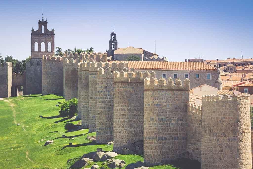 Blick auf die mittelalterlichen Stadtmauern rund um Avila