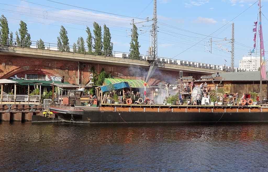 Das Kater Blau ist ein Techno-Club mit Biergarten und Partyschiff