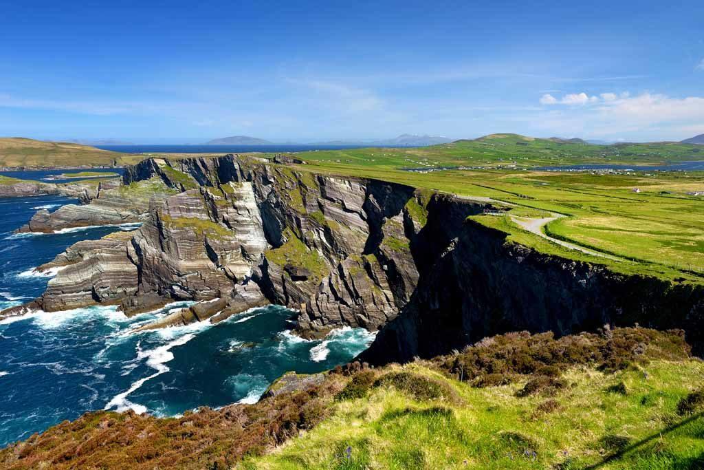 Die beeindruckenden wellenförmigen Kerry-Klippen in der Grafschaft Kerry, Irland