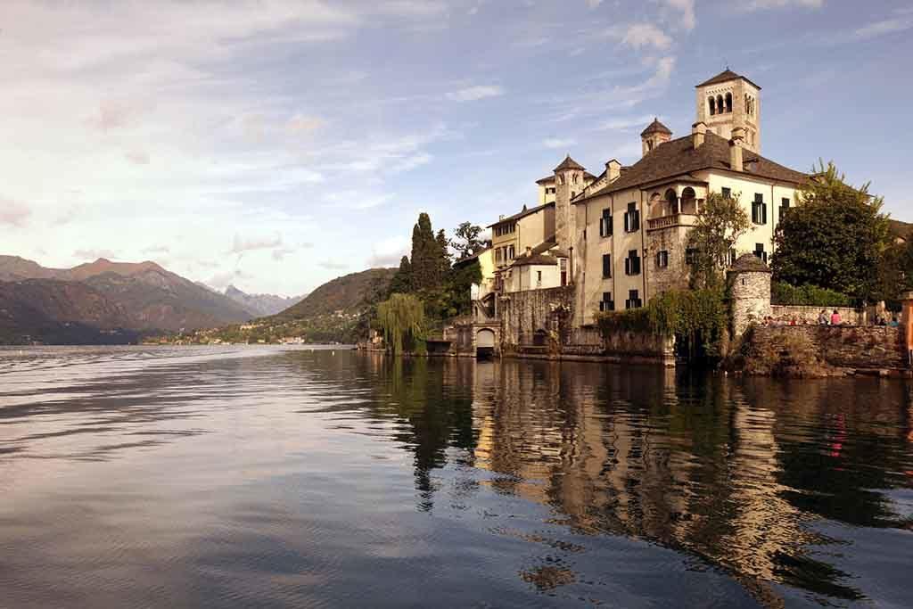 Das Fischerdorf Orta am Ortasee in der Lombardei, Norditalien