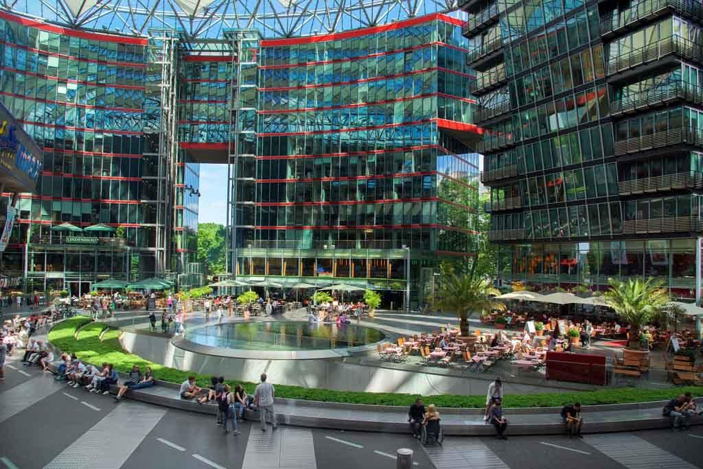 Blick auf das Sony Center, in dem sich Restaurants, Geschäfte, Hotels, ein Konferenzzentrum, Büros, Museen und Kinos befinden