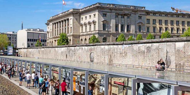 Freiluft-Ausstellung Topographie des Terrors, dahinter ein Teil der ehemaligen Berliner Mauer