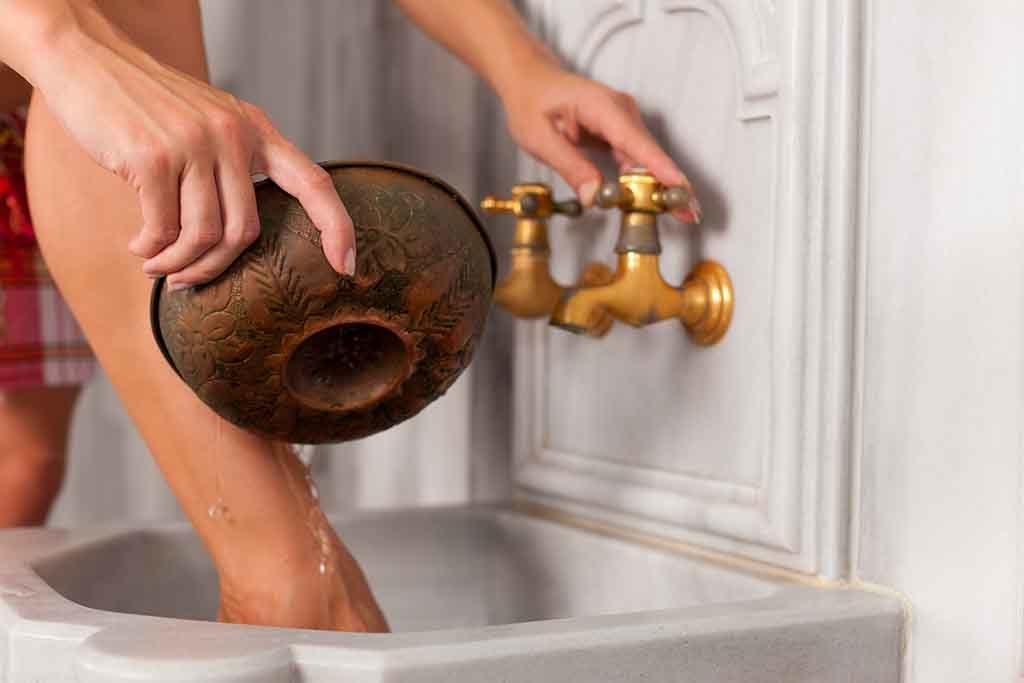 Kalt duschen stärkt Gefäße und wirkt gegen Venenschwäche