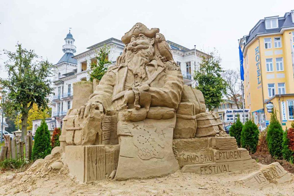 Sandskulpturen an der Strandpromenade
