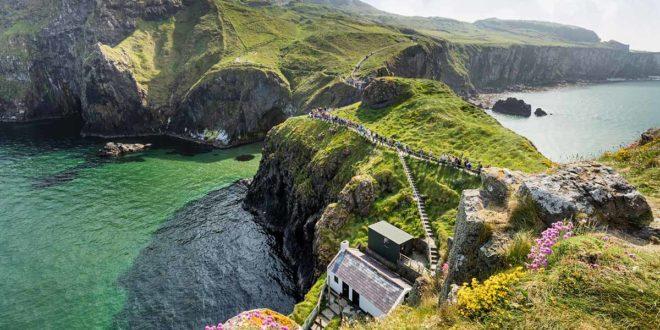Tausende Touristen besuchen jedes Jahr die schaukelnde Carrick-a-Rede Hängebrücke in Antrim, Nordirland.