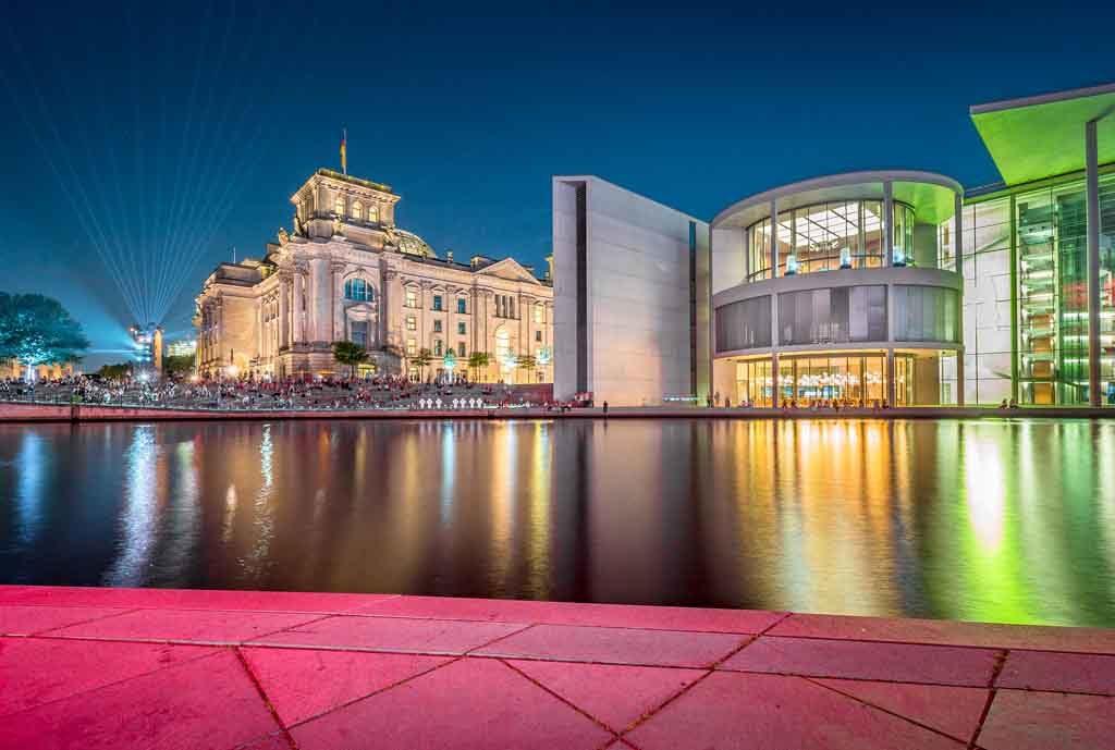 Das Regierungsviertel in Berlin zur blauen Stunde