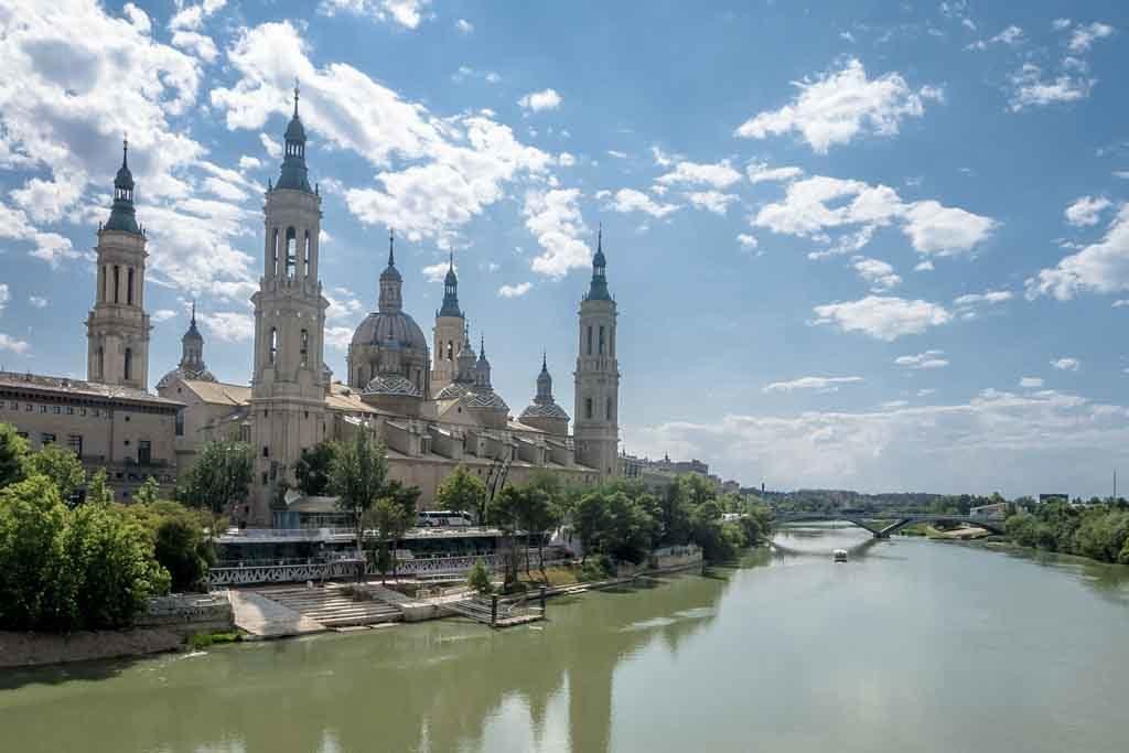 Blick auf die Basilika del Pilar in Saragossa
