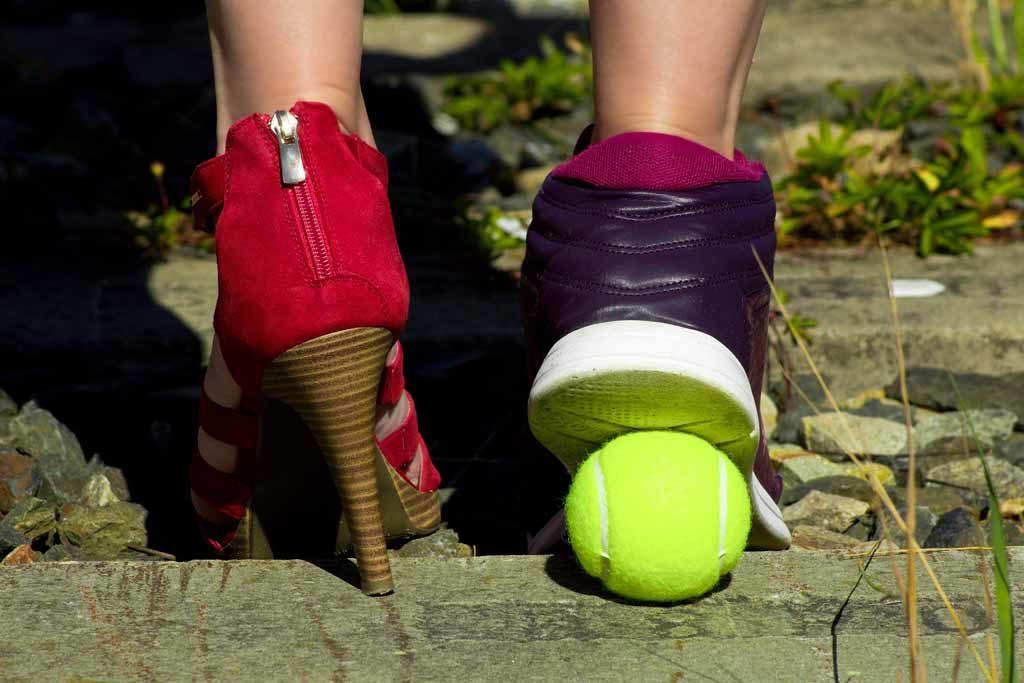 Das Tragen von flachen Schuhen anstelle von hohen Absätzen kann auch bei Krampfadern in den Beinen helfen