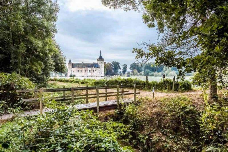 Horst Castle in Belgien –Die alte Holzbrücke am Waldesrand könnte die Kulisse für einen Horror-Schocker sein