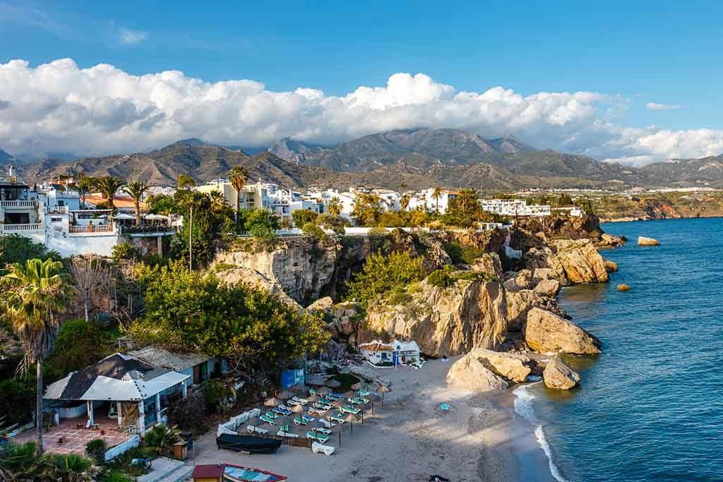 Blick auf den Strand in Nerja, Costa del Sol, Andalusien, Spanien